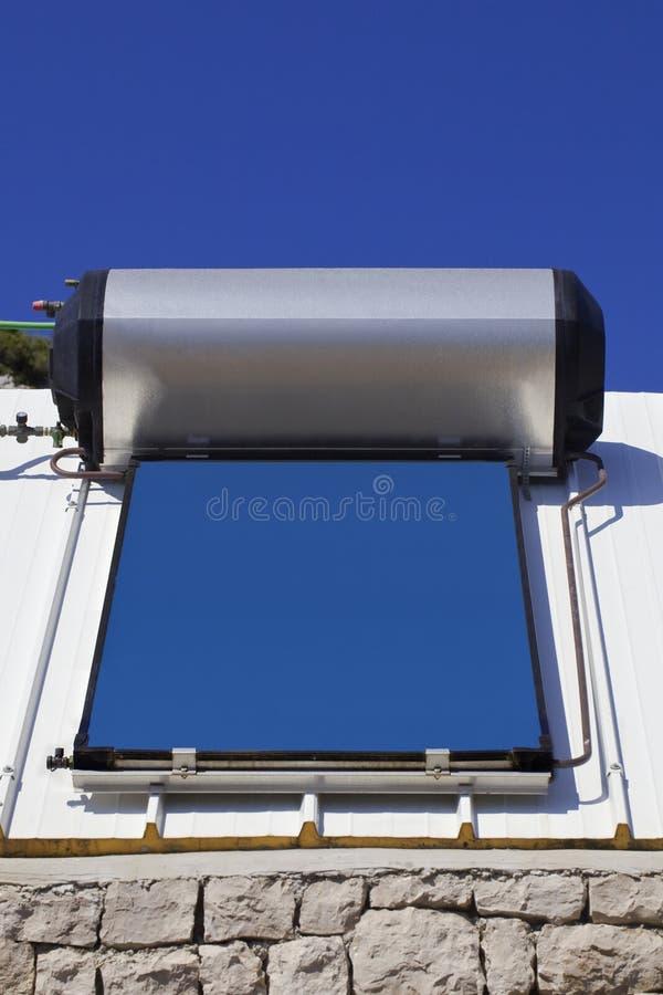 Solarheizsystem auf dem Dach lizenzfreie stockbilder