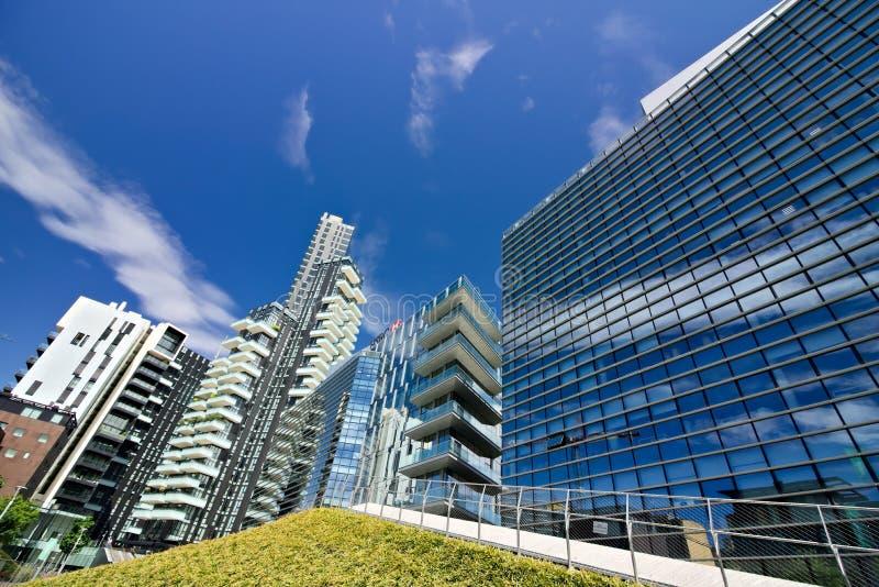 Solarien ragen mit Balkonen und modernen Gebäuden mit curtan Glasfassaden hoch Geschäftsgebiet mit Wolkenkratzern und glasiert lizenzfreies stockbild
