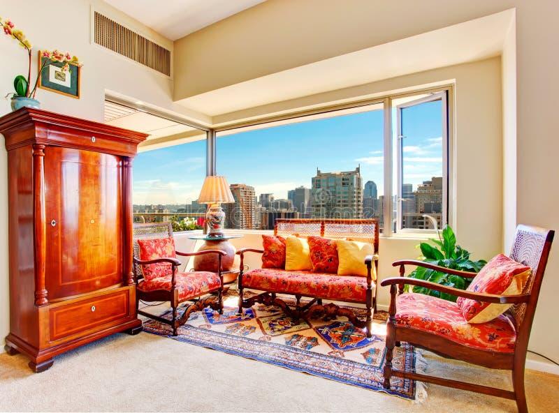 Solario con muebles antiguos en casa de lujo imagen de archivo libre de regalías