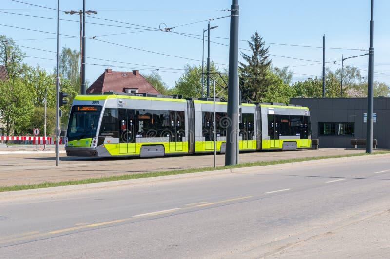 Solaris à l'arrêt de tram près de la gare ferroviaire d'Olsztyn Glowny images libres de droits