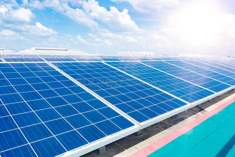 Solarkraftwerke, photo-voltaische Gremien vereinbarten in einer Vielzahl von stockfotografie