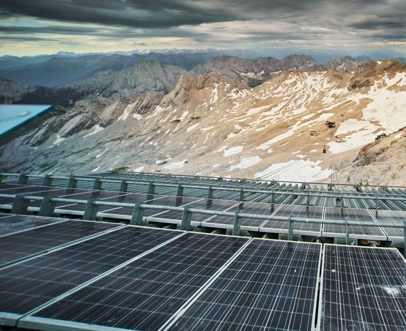 Solarmodule einer Solaranlage zur Erzeugung elektrischer Energie für die Funkausrüstung der Sendestation auf der stockfotografie