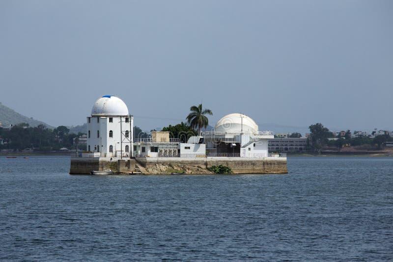 Solarobservatorium aufgestellt zwischen einem See stockfotografie