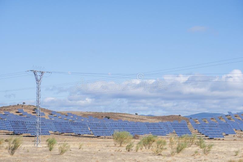 Solarpaneele mit Schleppfeld für die Erzeugung nachhaltiger Energie stockfotografie