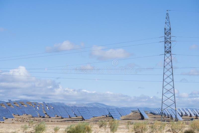 Solarpaneele mit Schleppfeld für die Erzeugung nachhaltiger Energie lizenzfreies stockbild