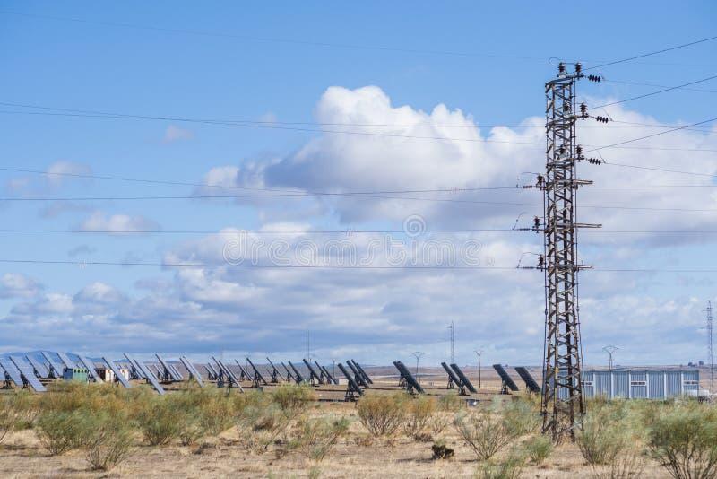 Solarpaneele mit Schleppfeld für die Erzeugung nachhaltiger Energie lizenzfreie stockbilder
