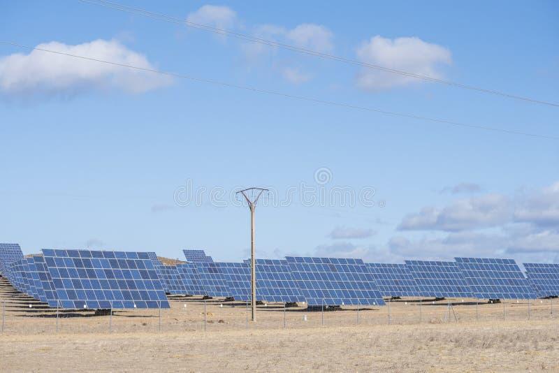 Solarpaneele mit Schleppfeld für die Erzeugung nachhaltiger Energie lizenzfreies stockfoto
