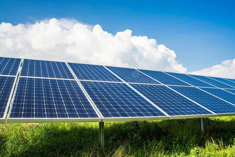 Solarpanels op gebied stock fotografie