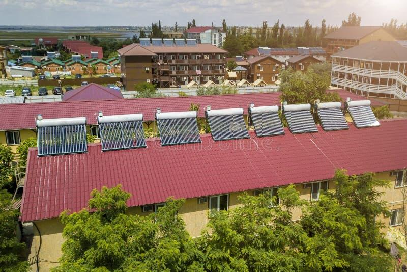 Solarwarmwasserbereiter auf dem Dach des Hotels stockbild