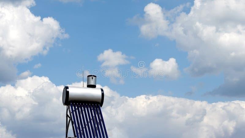 Solarwarmwasserbereitungsheizsystem agains blauer Himmel lizenzfreie stockbilder