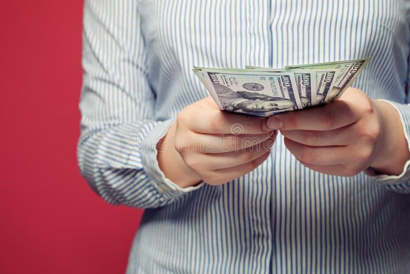 Solary und earnday Hände mit US-Dollars lizenzfreies stockfoto