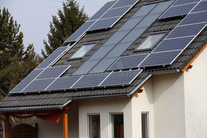 Solarzellen auf Dach stockfotografie