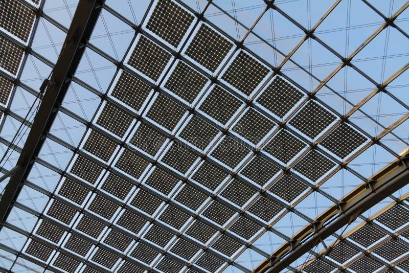 Solarzellen auf Dach stockbild