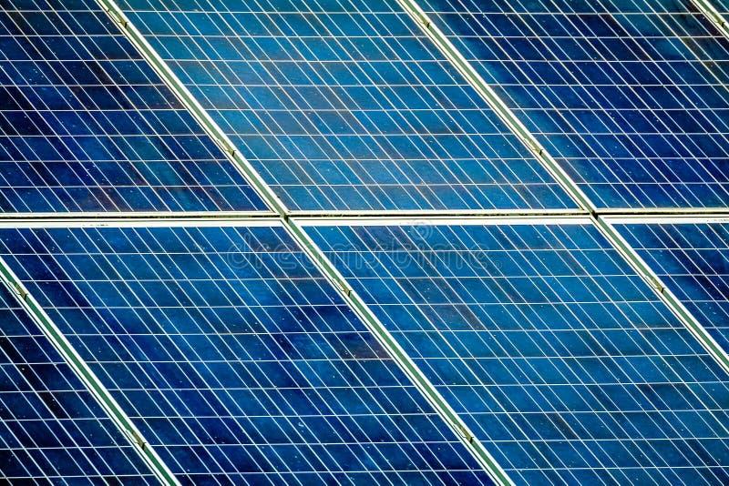 Solarzellen auf Dach lizenzfreie stockfotos