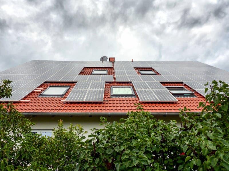 Solarzellen auf dem Dach stockbilder
