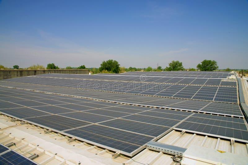 Solarzellen auf dem Dach einer Fabrik lizenzfreie stockfotos
