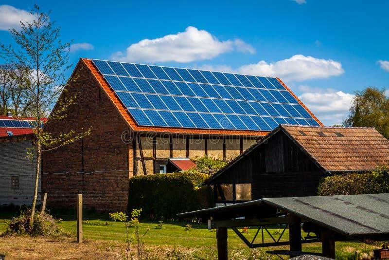 Solarzellen auf einem Dach lizenzfreies stockfoto