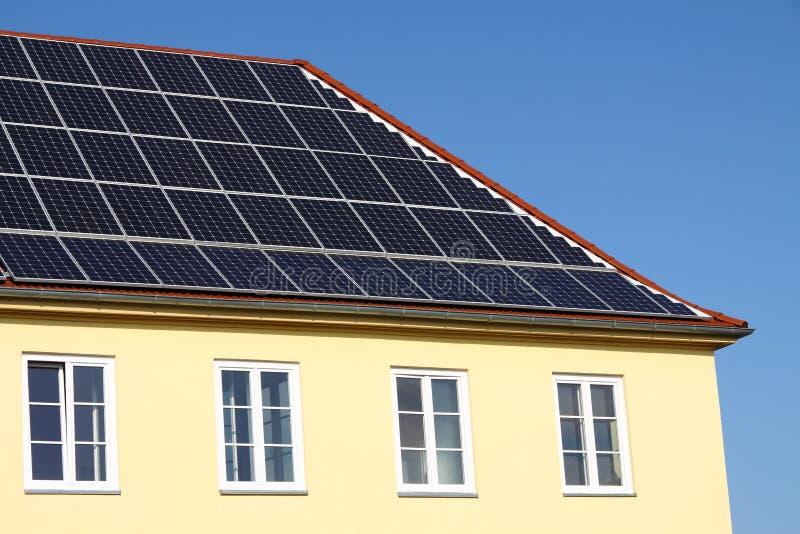 Solarzellen auf einem Dach stockbilder