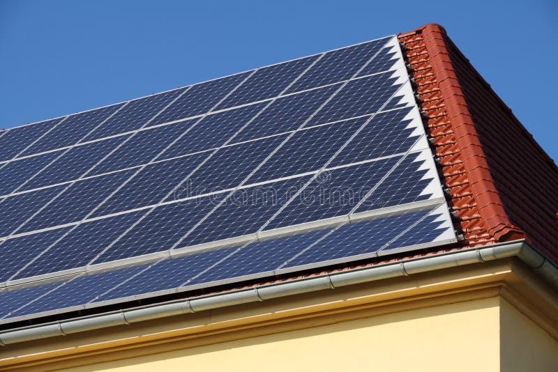 Solarzellen auf einem Dach lizenzfreie stockfotos