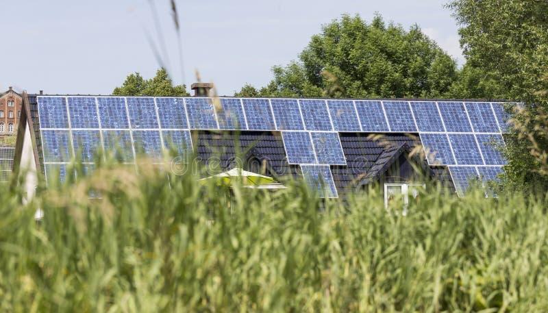 Solarzellen auf Hausdach lizenzfreies stockbild