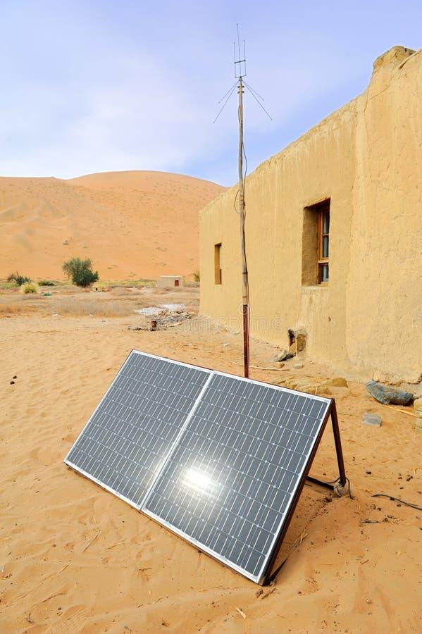 Solarzellenpanels in der Wüste lizenzfreie stockbilder