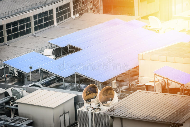 Solarzellenplatte auf der Dachspitze stockfoto