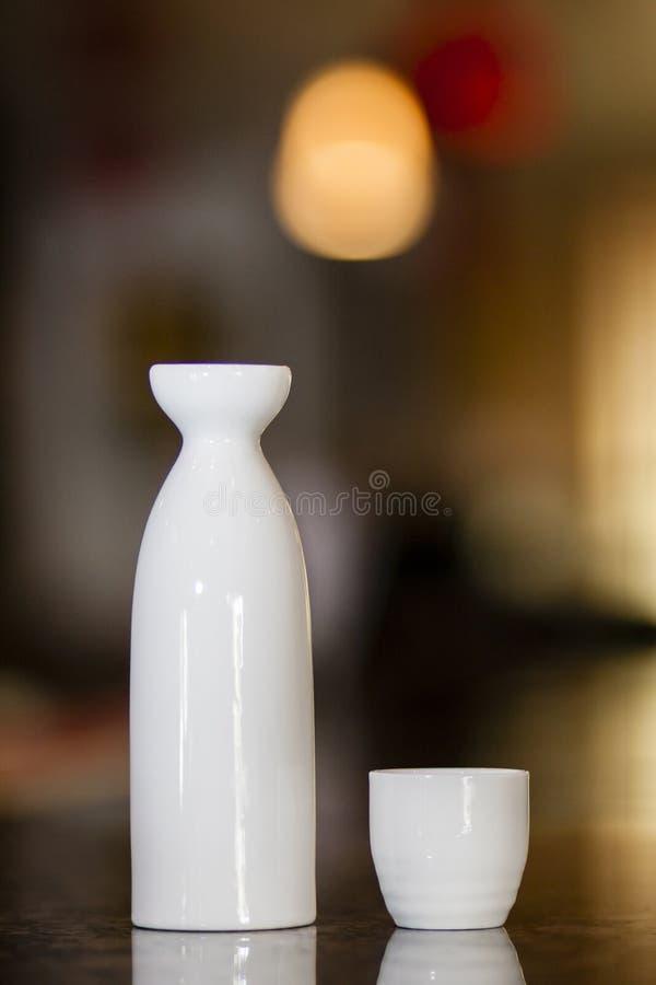 Solas botella y taza del motivo fotos de archivo