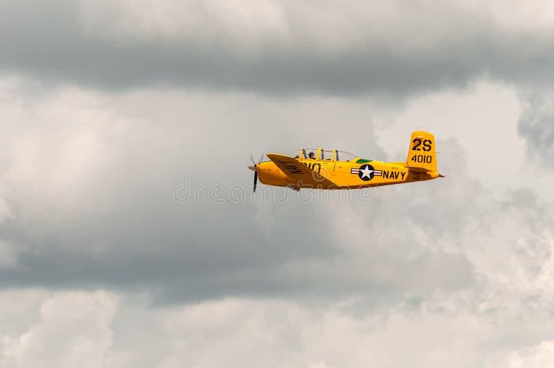 AT-6 a solas vuela contra el cielo presentimiento fotografía de archivo