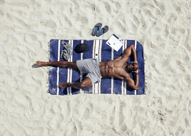 solbada för strandman arkivbild