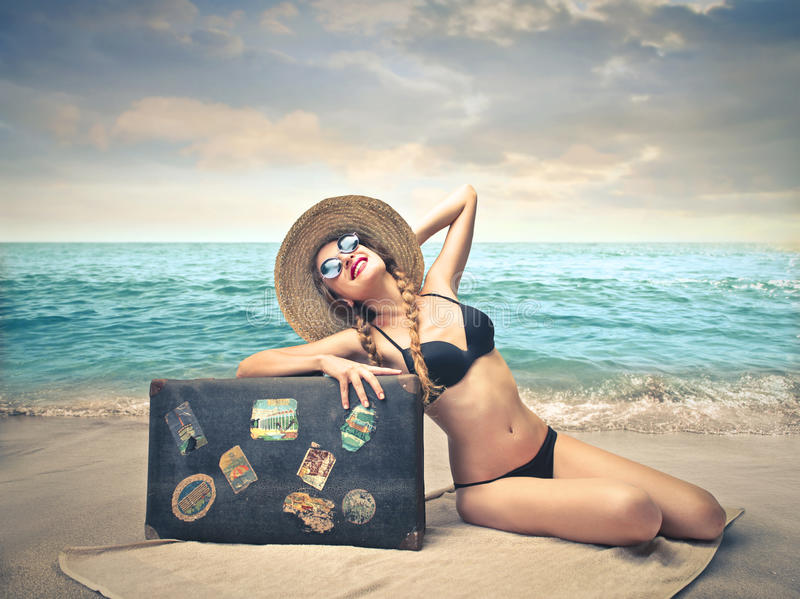 Solbada för ung kvinna arkivbild