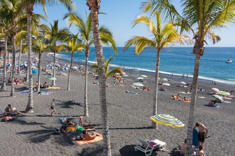 Solbada folk på strandLa Palma Island, Spanien fotografering för bildbyråer