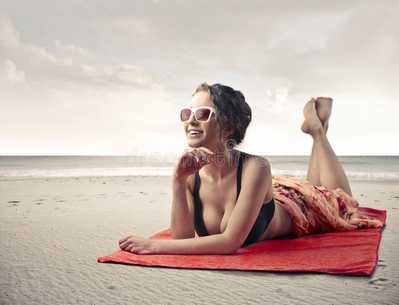 solbada kvinna royaltyfri foto