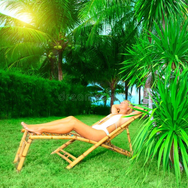 solbada kvinna royaltyfria bilder