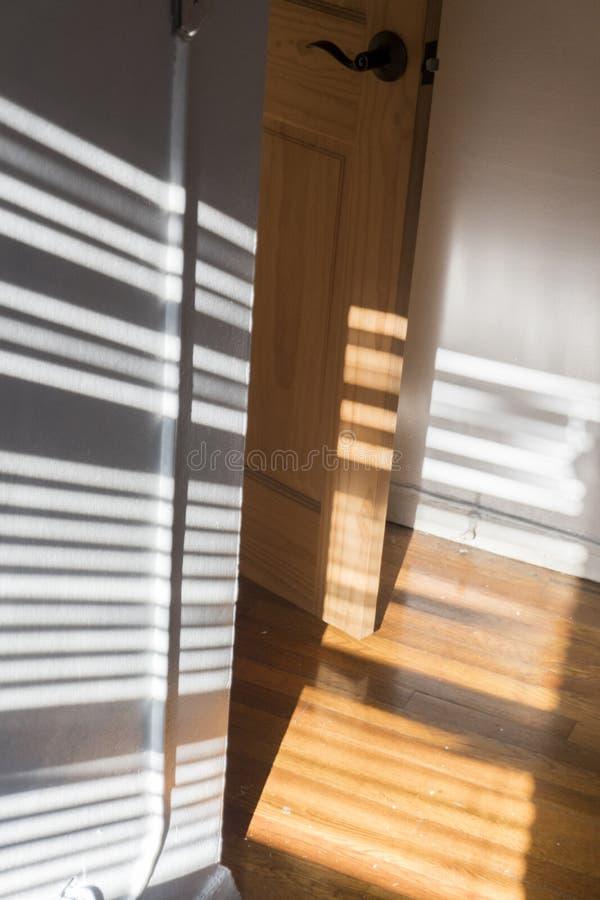 Solbelyst dörröppning i en stadslägenhet arkivbild