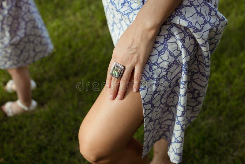 Solbrända kvinnaben i sommartorkduk och hand fotografering för bildbyråer