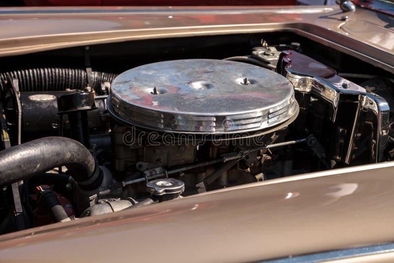 Solbr?nna Chevrolet Corvette 1961 p? den klassiska Car Show f?r 32nd ?rliga Naples bussgarage royaltyfria bilder