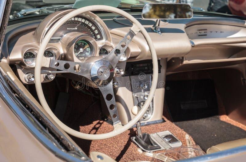 Solbr?nna Chevrolet Corvette 1961 p? den klassiska Car Show f?r 32nd ?rliga Naples bussgarage royaltyfri foto