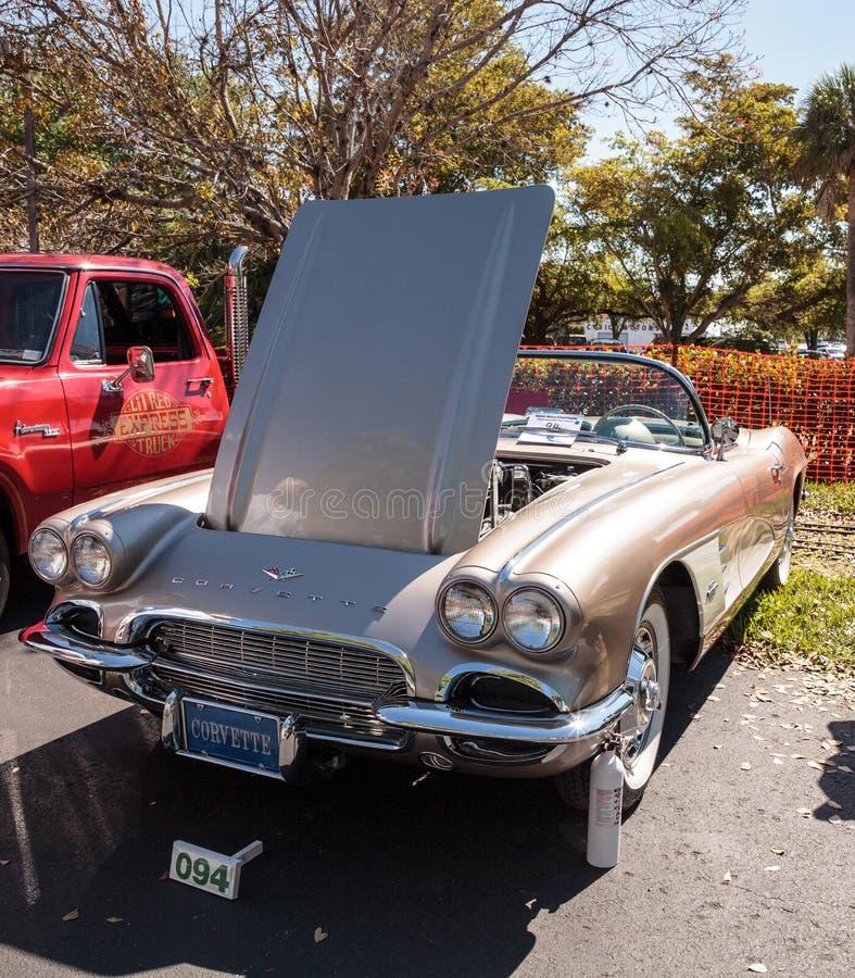 Solbr?nna Chevrolet Corvette 1961 p? den klassiska Car Show f?r 32nd ?rliga Naples bussgarage arkivbild