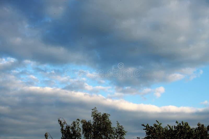 Solch eine Rarität, ein blauer Streifen des Himmels zwischen Regenwolken lizenzfreie stockbilder