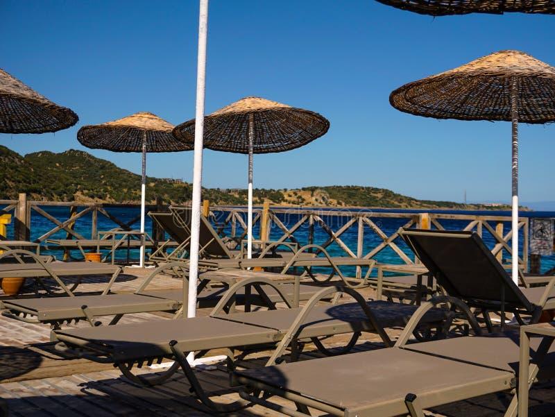 Solchaisevardagsrum, havssikt, tomt hotell från däck arkivfoton