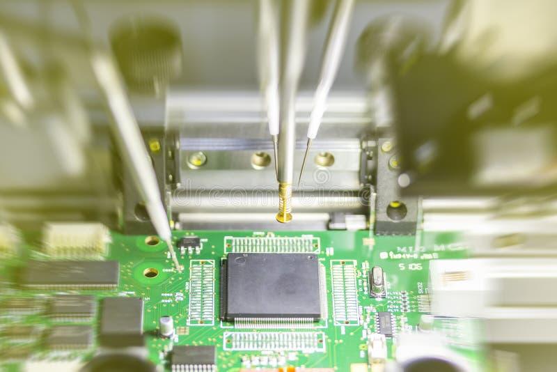 Solda do robô do sistema automático micro e PWB da placa de circuito elétrico do conjunto para a produção em massa na fábrica fotos de stock royalty free
