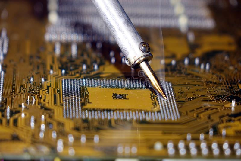 Solda a uma placa de circuito de um fim do computador acima imagens de stock royalty free
