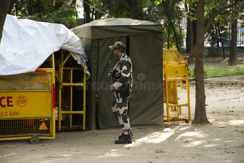 Soldado índio e verificação e proteção de segurança de passeio da polícia ao redor de porta de india ou de todo o memorial de gue foto de stock royalty free