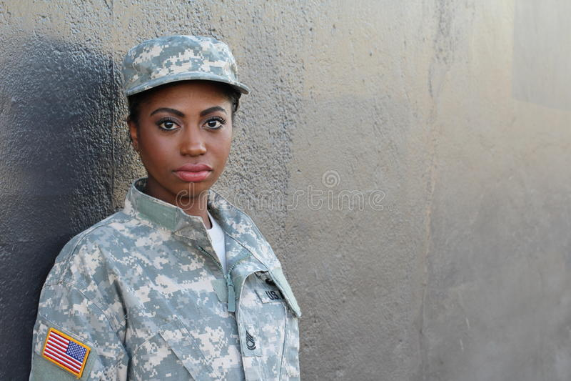 Soldado afro-americano fêmea do veterano com espaço neutro da expressão e da cópia fotografia de stock