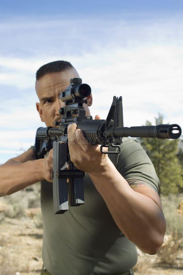 Soldado Aiming Machine Gun foto de archivo