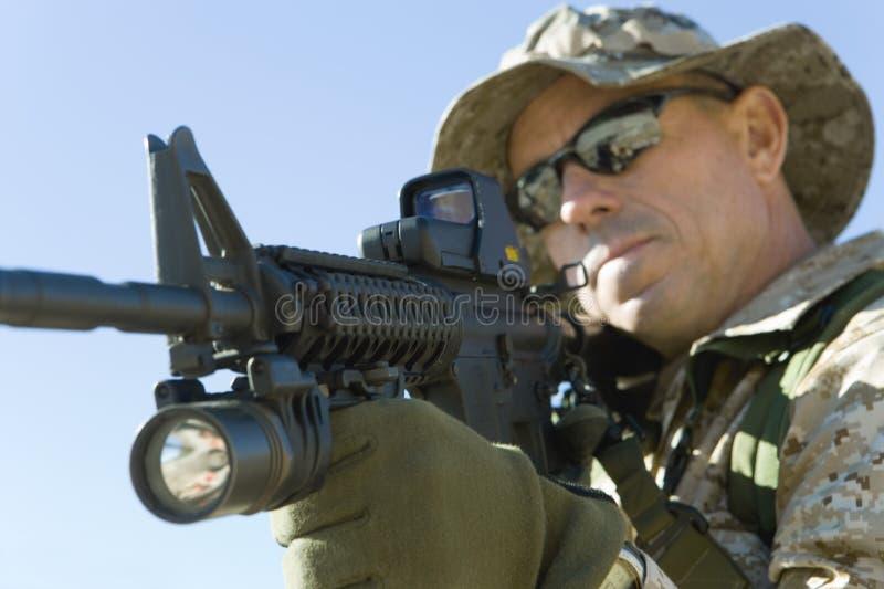 Soldado Aiming With Rifle fotos de archivo libres de regalías