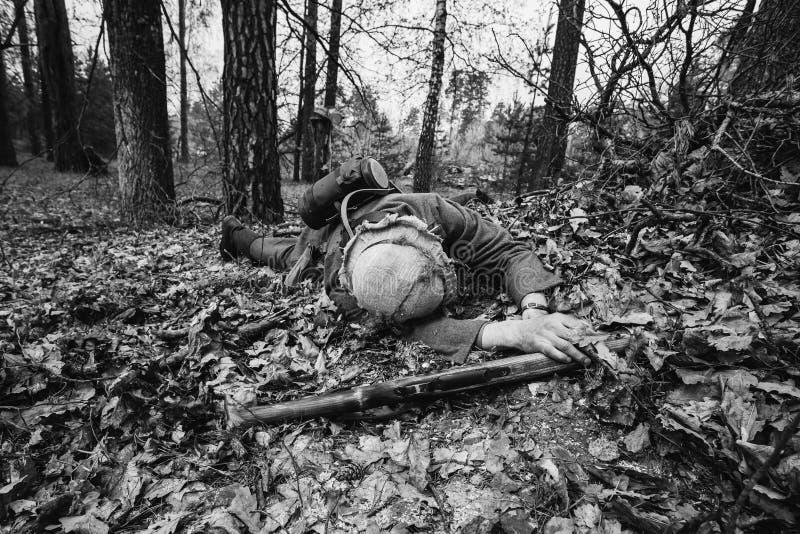Soldado alemán Lying de In World War II del soldado de la infantería de Wehrmacht fotos de archivo libres de regalías