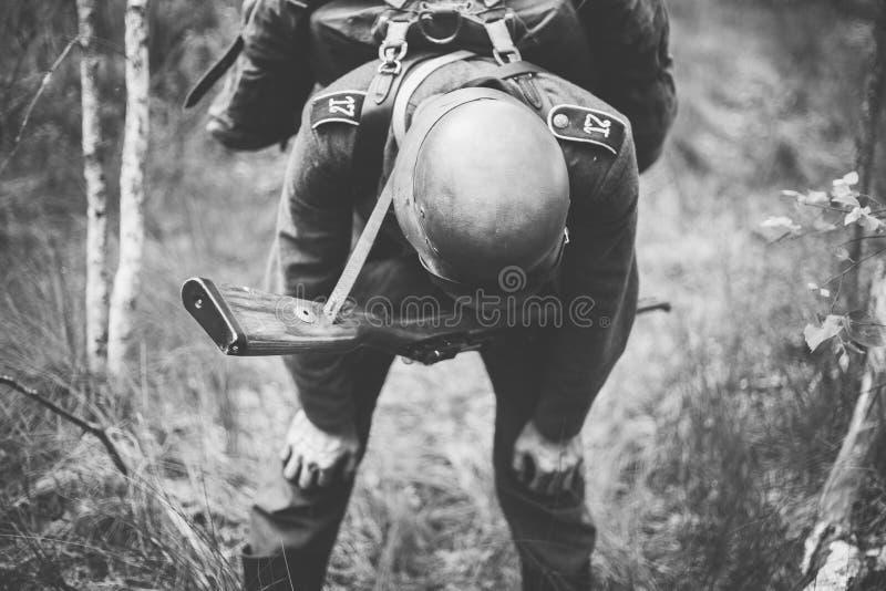 Soldado alemán In World War de la infantería de Wehrmacht II que intenta a Catc fotografía de archivo