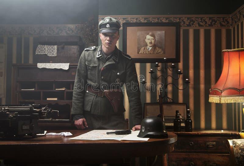 Soldado alemão louro alto em seu escritório fotografia de stock