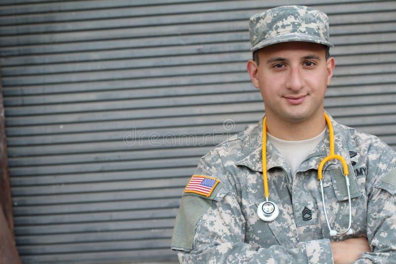 Soldado americano masculino no uniforme da camuflagem do exército - imagem conservada em estoque com espaço da cópia foto de stock